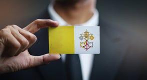 Homme d'affaires Holding Card de drapeau de Ville du Vatican photos libres de droits