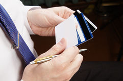 Homme d'affaires Holding Credit Cards Image stock