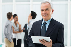 Homme d'affaires Holding Digital Tablet Image stock