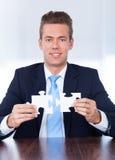 Homme d'affaires Holding Jigsaw Puzzle images libres de droits