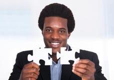 Homme d'affaires Holding Jigsaw Puzzle Photos libres de droits