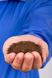 Homme d'affaires Holding Soil Images stock