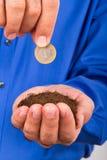 Homme d'affaires Holding Soil et pièce de monnaie Photo stock