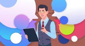 Homme d'affaires Holding Tablet Speak au-dessus des bulles colorées de causerie Photographie stock libre de droits