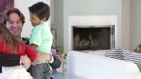 Homme d'affaires Home From Work salué par des enfants banque de vidéos