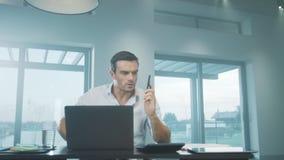 Homme d'affaires hurlant sur le mobile dans la maison de luxe Homme f?ch? criant au t?l?phone banque de vidéos