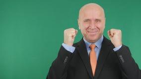 Homme d'affaires Image Smile et gesticuler enthousiaste avec l'écran vert dans Backgr photos libres de droits