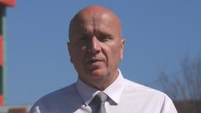 Homme d'affaires Image Talking et explication d'un rapport de gestion dans une entrevue de TV clips vidéos