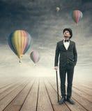 Homme d'affaires imaginatif de vintage avec des ballons d'air chaud Photographie stock libre de droits