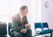 Homme d'affaires impatient attendant une réunion Image libre de droits