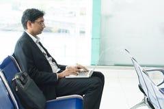 Homme d'affaires indien asiatique s'asseyant sur la chaise Image stock