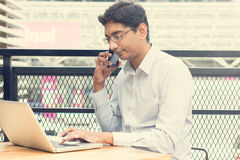 Homme d'affaires indien asiatique s'asseyant sur la chaise Images libres de droits