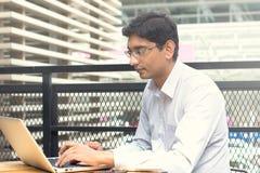 Homme d'affaires indien asiatique s'asseyant sur la chaise Images stock