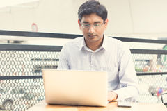 Homme d'affaires indien asiatique s'asseyant sur la chaise Photo stock