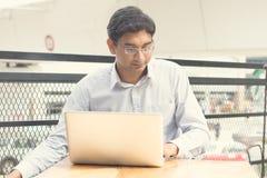 Homme d'affaires indien asiatique s'asseyant sur la chaise Image libre de droits