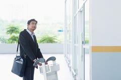 Homme d'affaires indien avec le chariot à aéroport Photo libre de droits