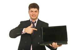 Homme d'affaires indiquant l'écran d'ordinateur portatif photographie stock