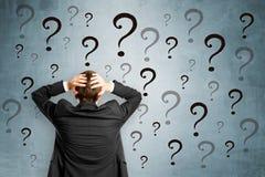 Homme d'affaires inquiété avec des questions photo stock