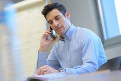 Homme d'affaires inquiété dans le téléphone dans le bureau Images libres de droits