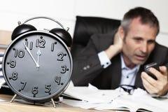 Homme d'affaires inquiété recevant le mauvais message. photos libres de droits