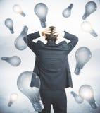 Homme d'affaires inquiété sur le fond d'ampoule illustration stock