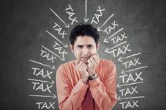 Homme d'affaires inquiété avec de la pression d'impôts Images libres de droits