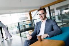Homme d'affaires inspiré s'asseyant à la café-coupure images stock