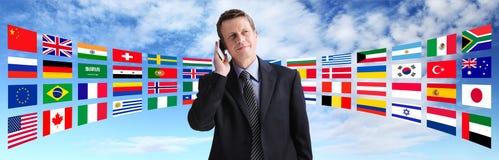Homme d'affaires international parlant au téléphone, télécommunication mondiale Photos stock