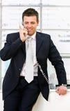 Homme d'affaires invitant le téléphone Images stock