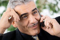 Homme d'affaires invitant le téléphone Image libre de droits