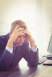 Homme d'affaires irrité regardant son bureau image stock