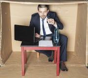 Homme d'affaires ivre lisant un contrat Photo libre de droits