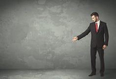 Homme d'affaires jetant avec le copyspace vide Image stock