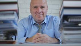 Homme d'affaires Job dans le sourire de comptabilité d'archives semblant heureux photos stock