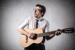 Homme d'affaires jouant la guitare Photographie stock libre de droits