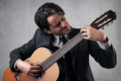 Homme d'affaires jouant la guitare Photos libres de droits