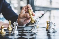 Homme d'affaires jouant le jeu d'échecs atteignant pour prévoir la stratégie pour le succès, pensant pour la difficulté et la réa photos libres de droits