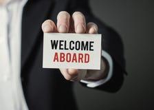 Homme d'affaires jugeant de papier avec l'accueil des textes à bord Homme d'affaires tenant la carte Photos libres de droits