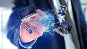 Homme d'affaires jugeant un ordinateur et des dispositifs montrés sur un futuri Photos libres de droits