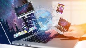 Homme d'affaires jugeant un ordinateur et des dispositifs montrés sur un futuri Images libres de droits