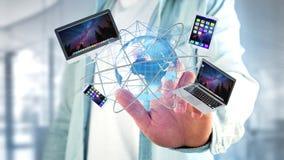 Homme d'affaires jugeant un ordinateur et des dispositifs montrés sur un futuri photos stock