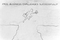 Homme d'affaires jumpying au-dessus d'une falaise, défis de visage avec succès Images stock