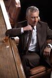 Homme d'affaires à la barre. Homme d'affaires mûr fatigué s'asseyant au Photo stock