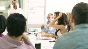 Homme d'affaires Leading Brainstorming Session avec des collègues banque de vidéos