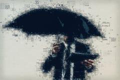 Homme d'affaires lisant le journal en ligne dehors sur la pluie Photographie stock libre de droits