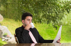 Homme d'affaires lisant un journal Photo libre de droits