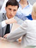 Homme d'affaires lors de la réunion avec ses employés Photo stock