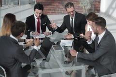 Homme d'affaires lors d'une réunion de fonctionnement avec l'équipe d'affaires photographie stock libre de droits