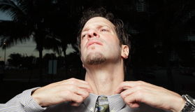 Homme d'affaires luttant avec sa relation étroite photos libres de droits