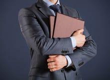 Homme d'affaires méconnaissable tenant des dossiers avec des documents Photographie stock